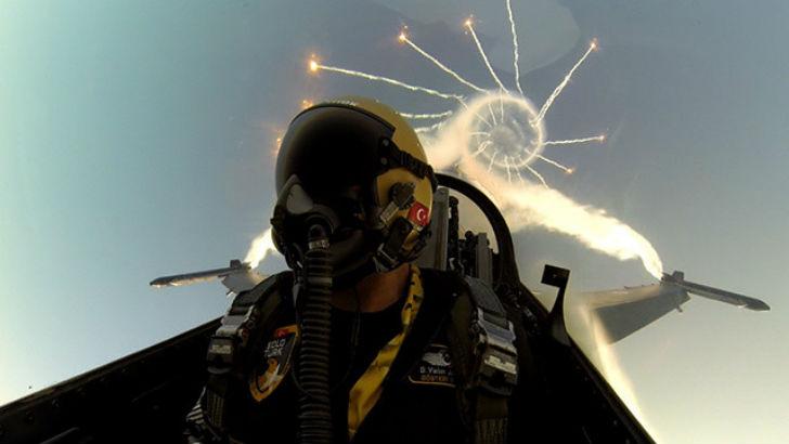 Пилот-сфотографировал-себя-во-время-авиашоу-сразу-же-после-исполнения-фигуры-высшего-пилотажа